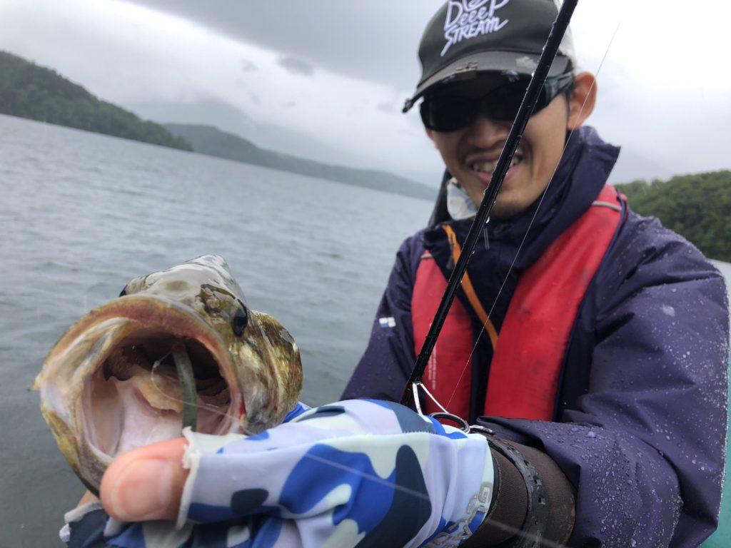 7月:雨の野尻湖バス釣りはキャロシャッド&ネコリグ!