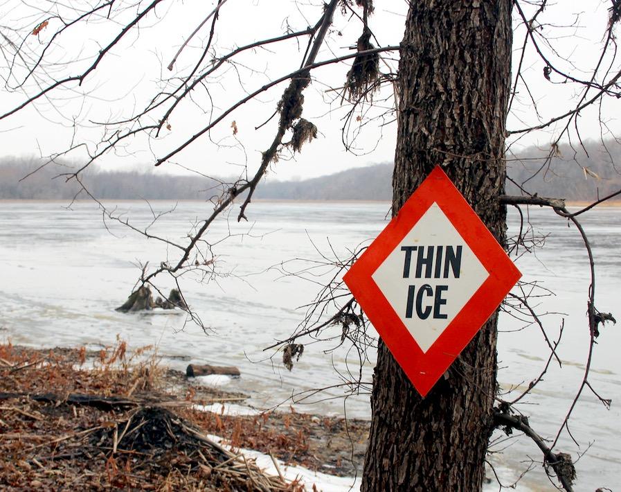 氷に落ちた人を助ける方法