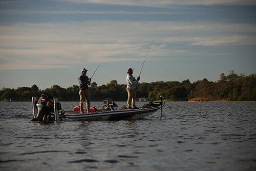夏のバス釣りは沖の地形変化を狙え!